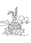 Coloriage Lapin de Pâques sur panier de Pâques