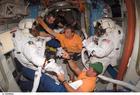 Photo astronautes dans station spatiale