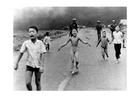 Photo Enfants après une attaque au Napalm