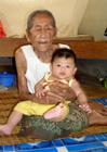 Photo vieux et jeune - vièlle femme avec un bébé